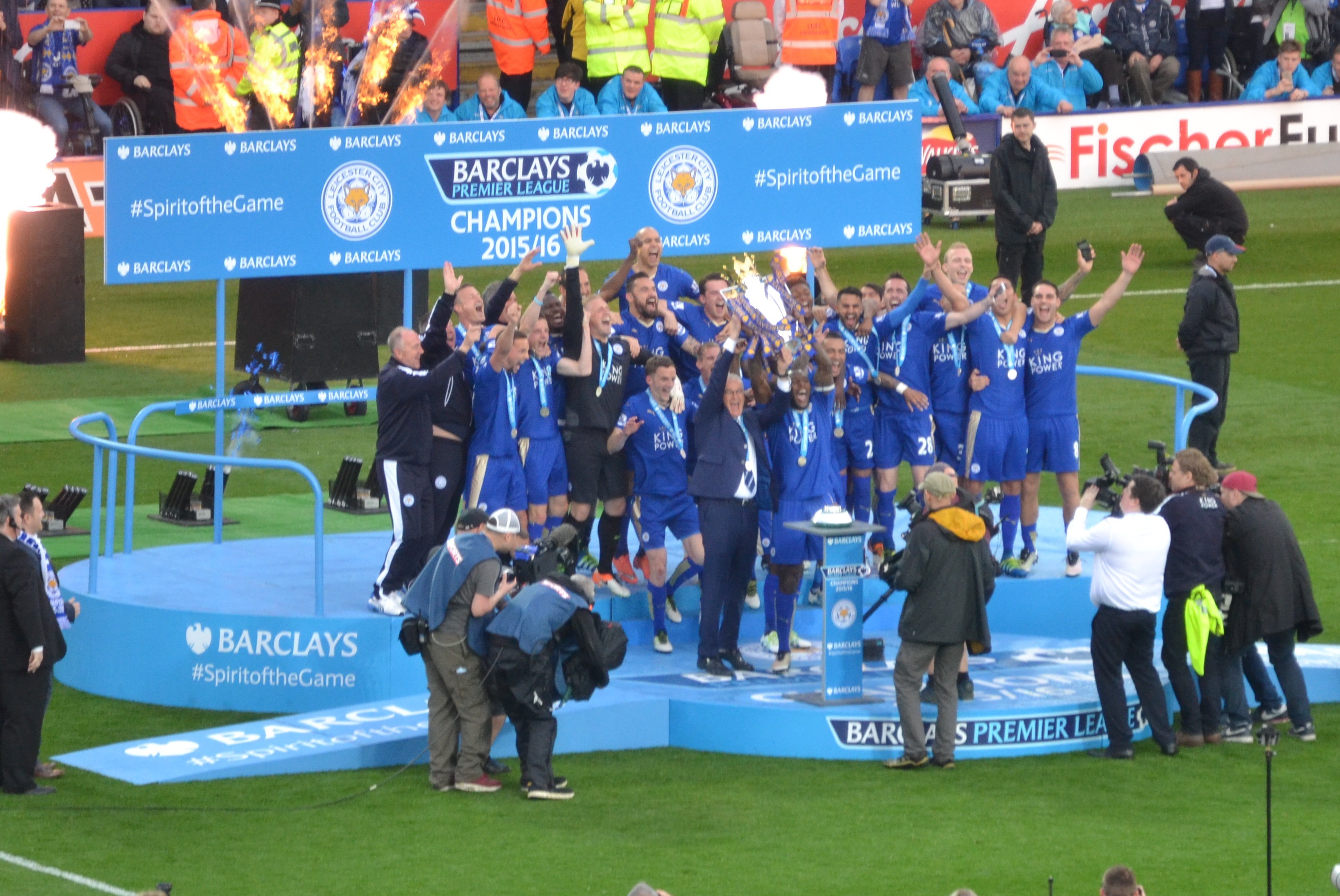 File:LCFC lift the Premier League Trophy (26943755296) (cropped).jpg -  Wikimedia Commons