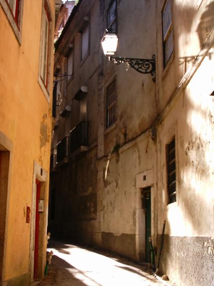 Eine Straße in Lissabons Altstadt.