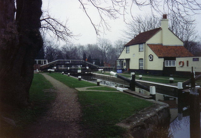 Lock at the start of the Wey Navigation Canal - geograph.org.uk - 376641