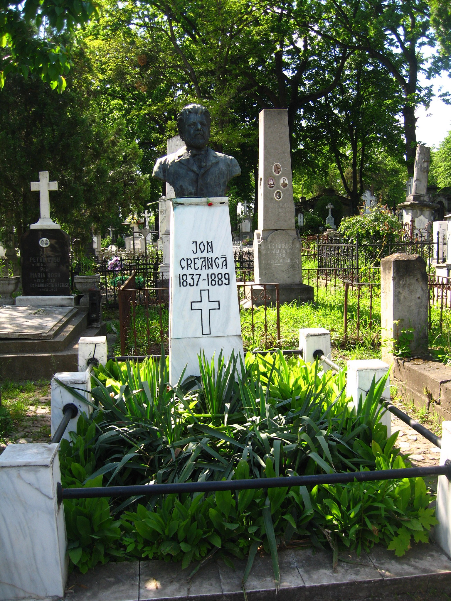 Mormântul lui Ion Creangă de la Cimitirul Eternitatea din Iaşi.