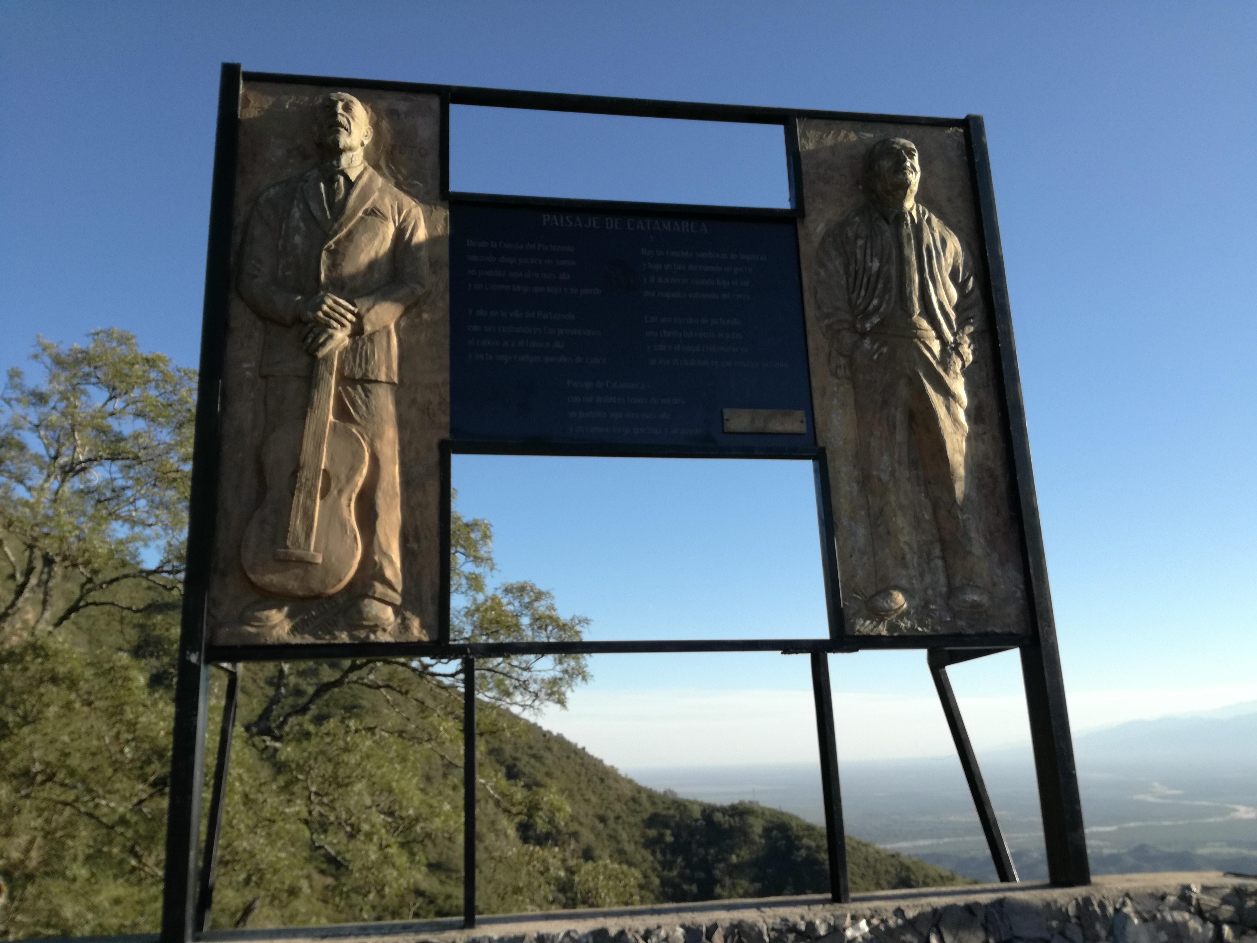 """Monumento a la zamba """"Paisaje de Catamarca"""", en la Cuesta del Portezuelo."""