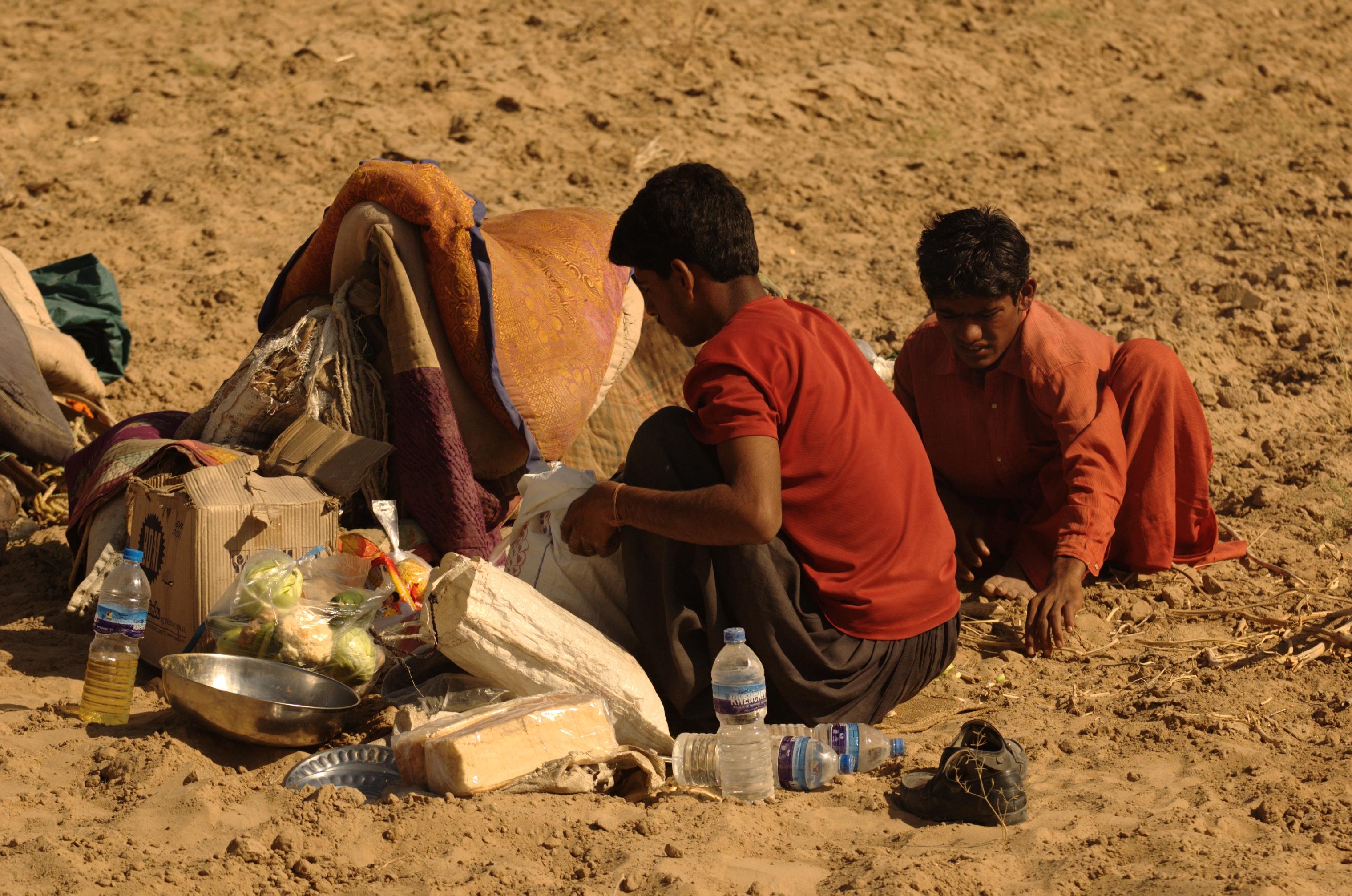 Soubor:People-in-thar-desert.jpg – Wikipedie  Soubor:People-i...