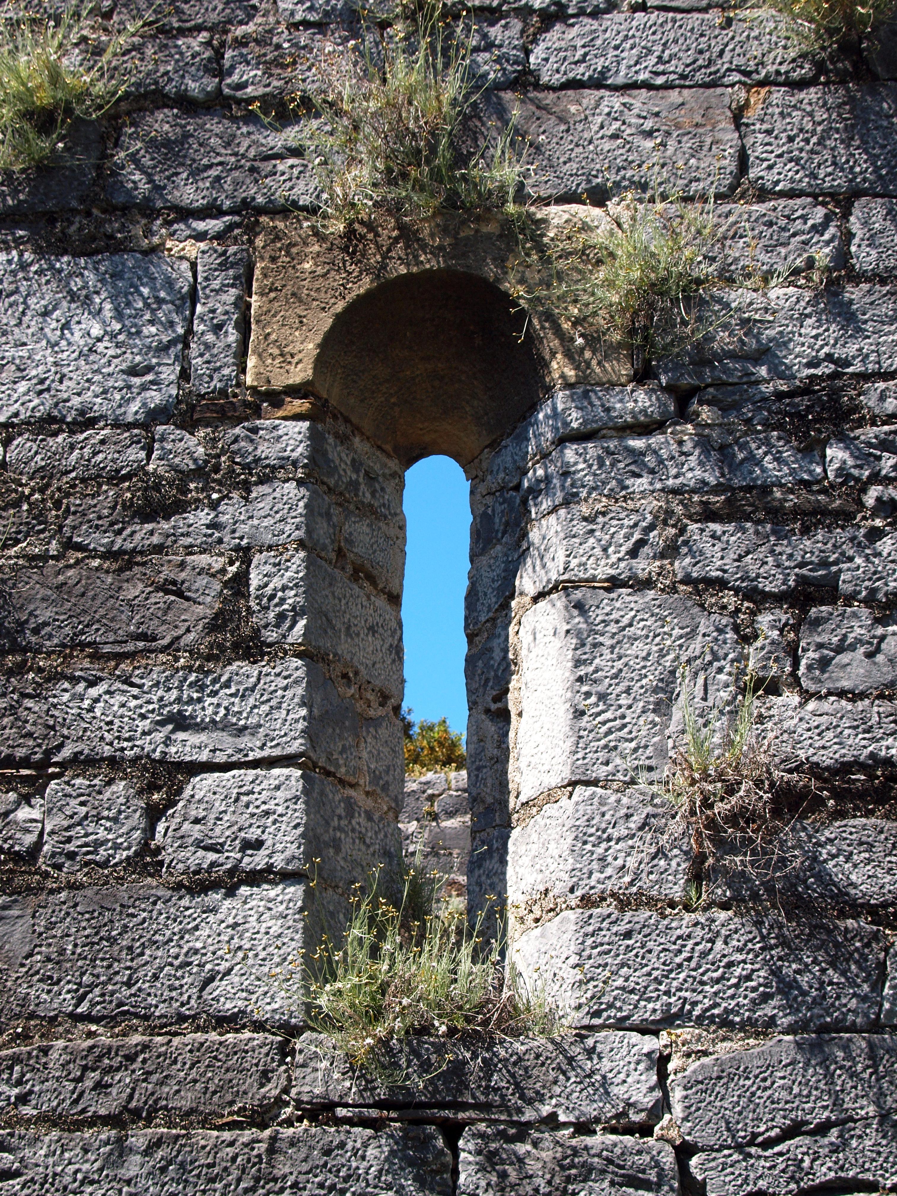 Poggio-d'Oletta San Quilico fenêtre-meurtrière façade sud.jpg
