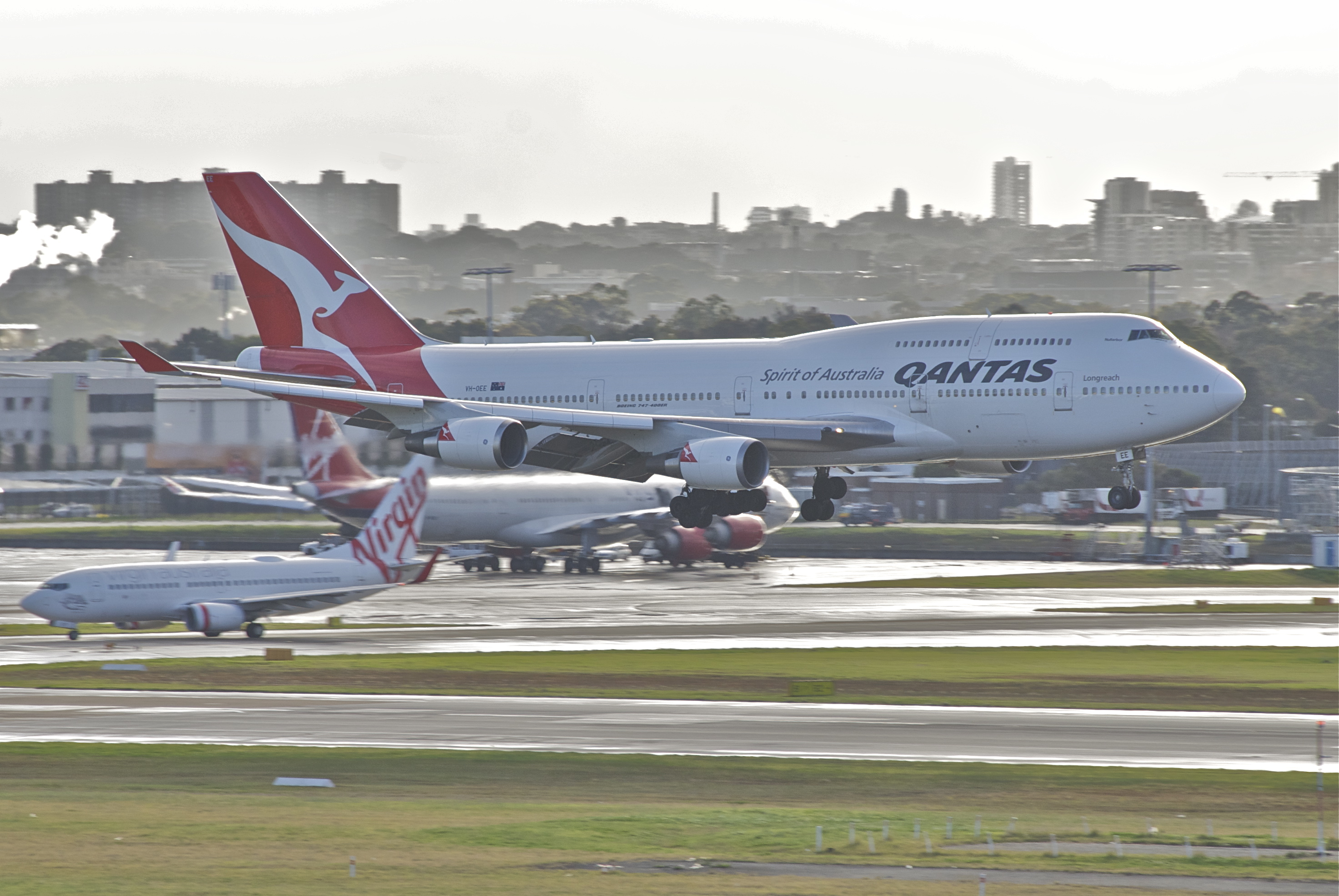 boeing 747 400 wikipediaa boeing 747 400er in service with qantas landing at sydney airport