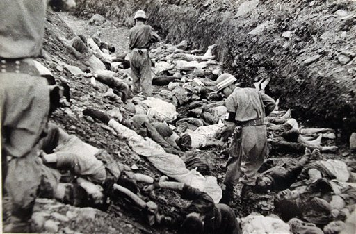 [Cloaca capitalista ]Campos de concentracion politicos en Korea del Norte . South_Korean_soldiers_walk_among_dead_political_prisoners%2C_Taejon%2C_South_Korea