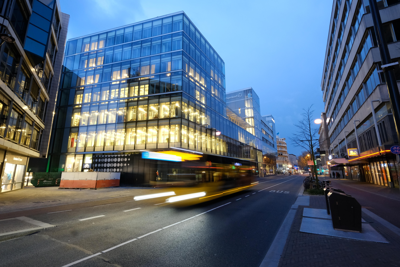 File:Stadbus rijdt op de St. Jacobsstraat in Utrecht (34278248065).jpg