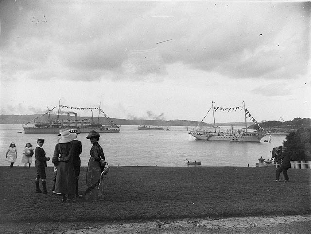 State Library of New South Wales - Spectators on the lawn of Government House view the arrival of the first Royal Australian Navy, Oct 1913 (pd)