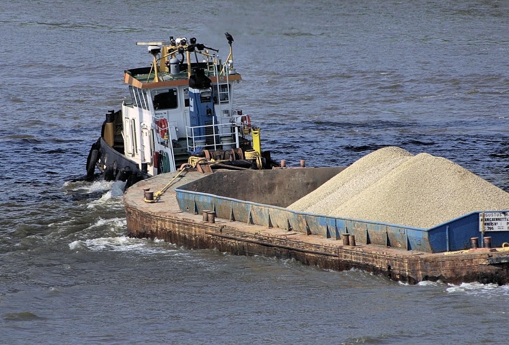 Thames_gravel_barge.jpg