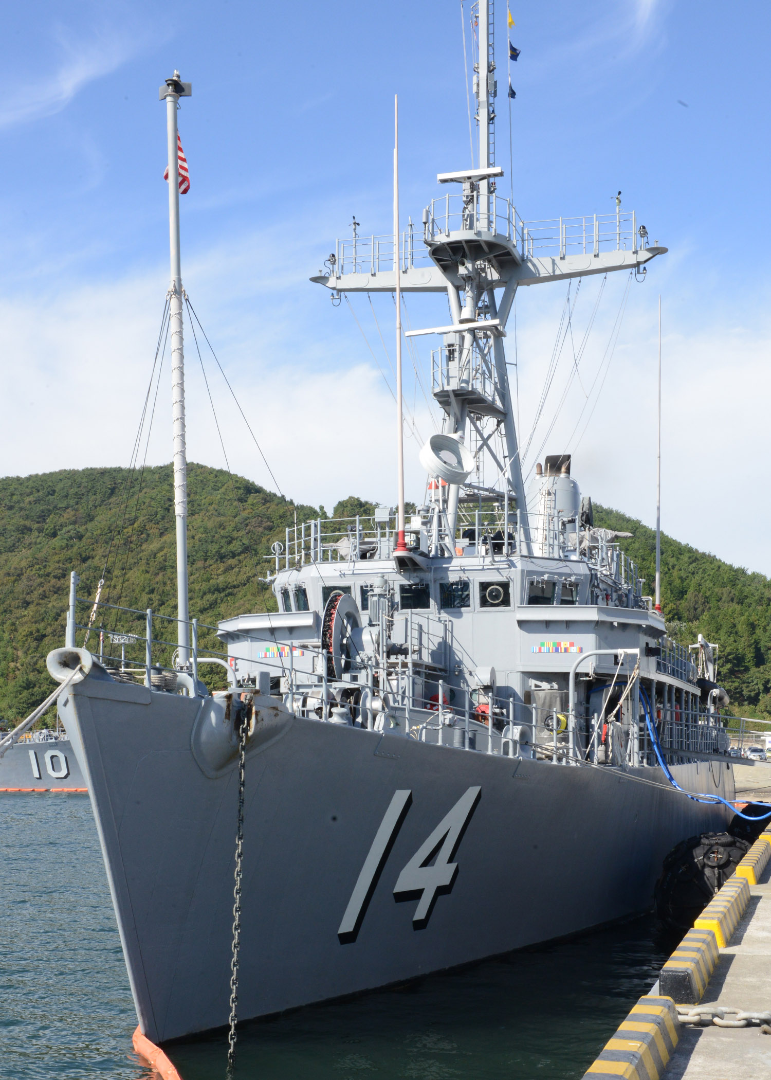 FileThe Mine Countermeasures Ship USS Chief MCM Is Moored To - Chinhae naval base