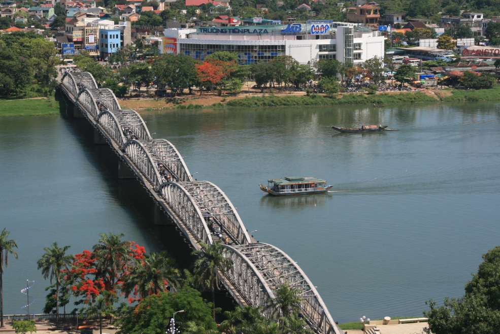 Truong_Tien_Bridge.jpg
