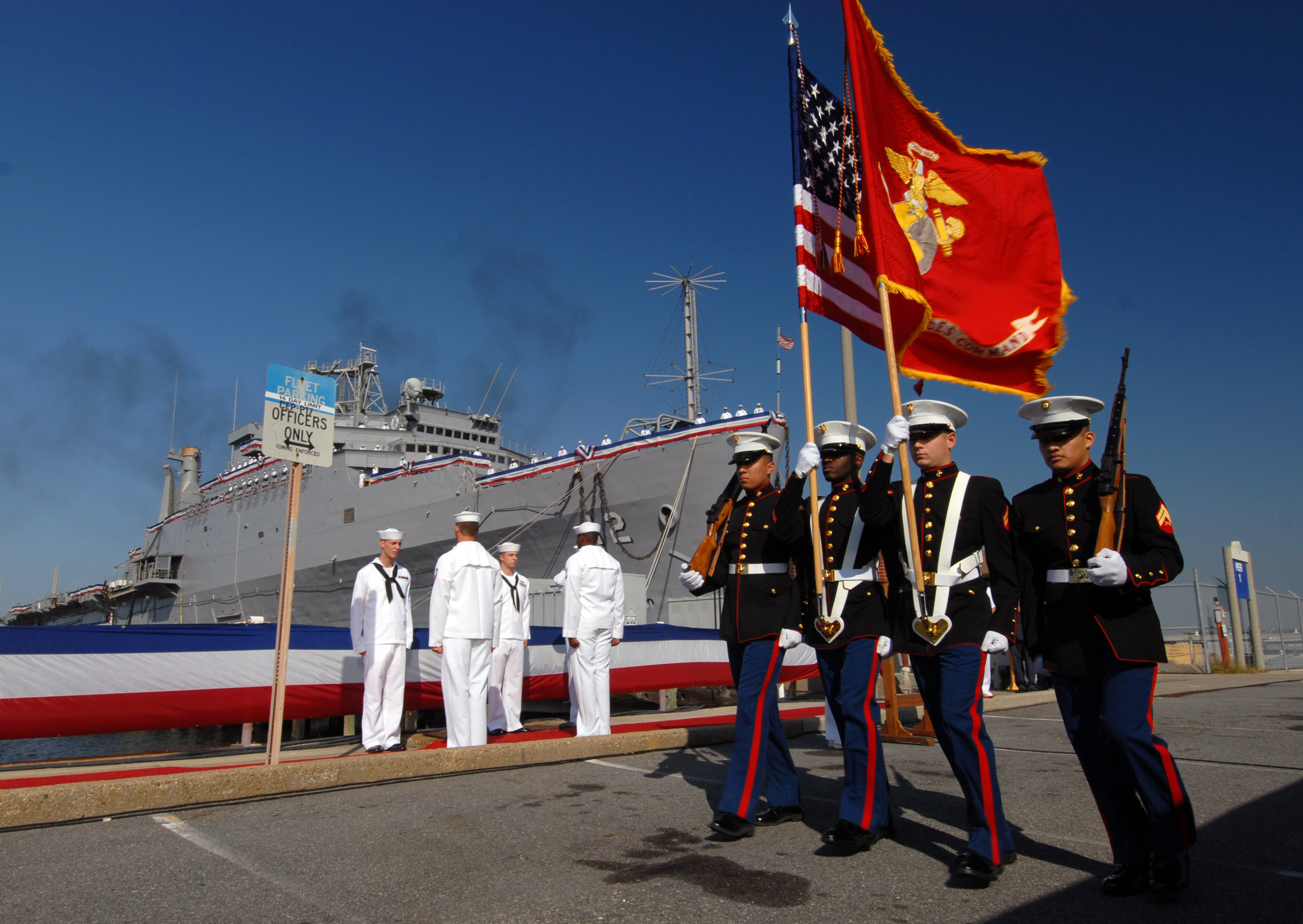 File:US Navy 070926-N-8907D-016 The Marine color guard ...