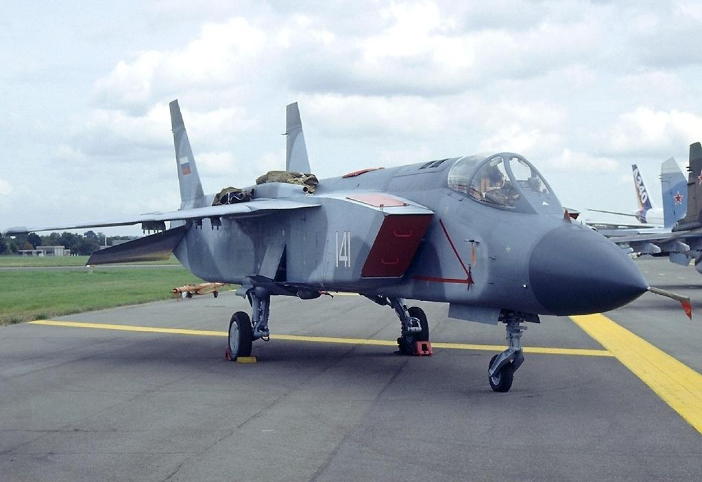 نفاثات الإقلاع والهبوط العمودي (V.T.O.L) Yakovlev_Yak-141_at_1992_Farnborough_Airshow