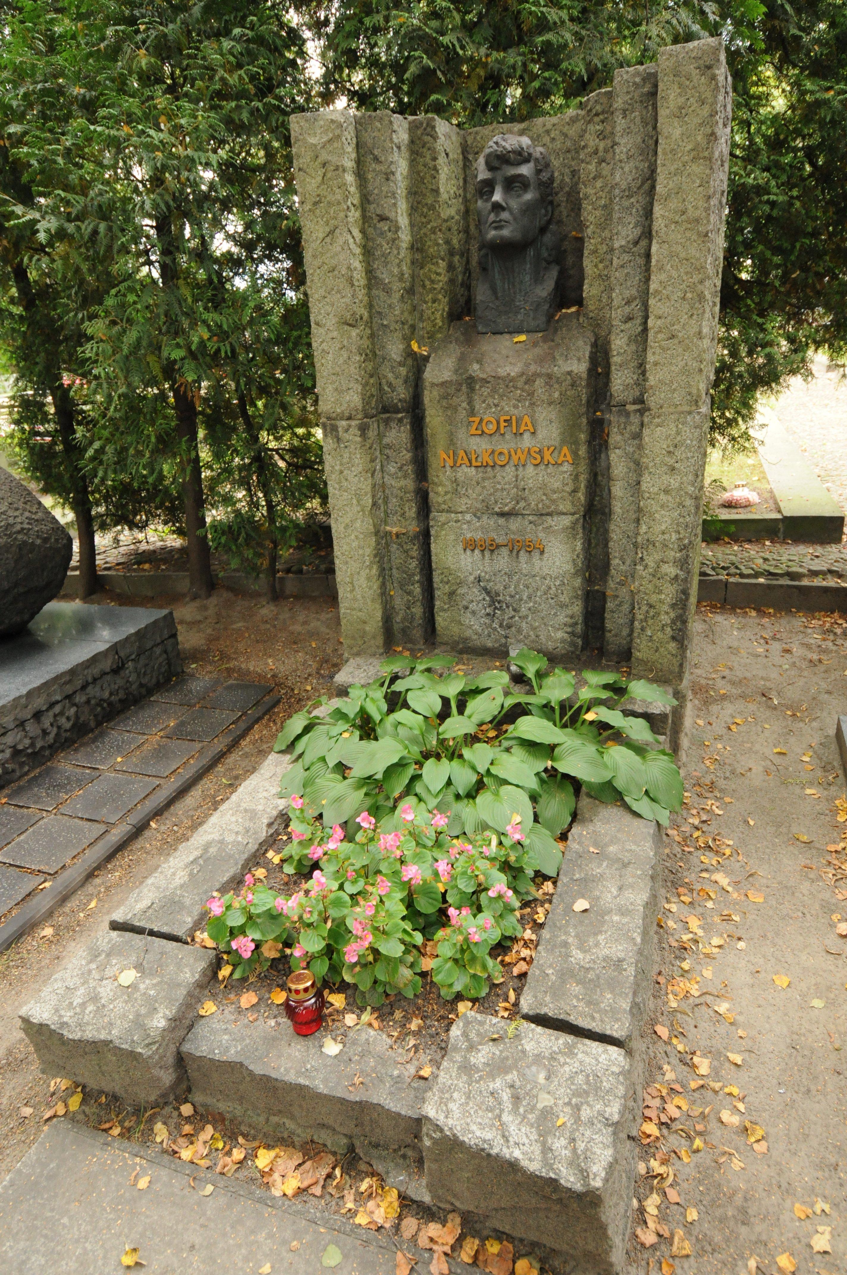 https://upload.wikimedia.org/wikipedia/commons/1/13/Zofia_Nałkowska_grób.JPG