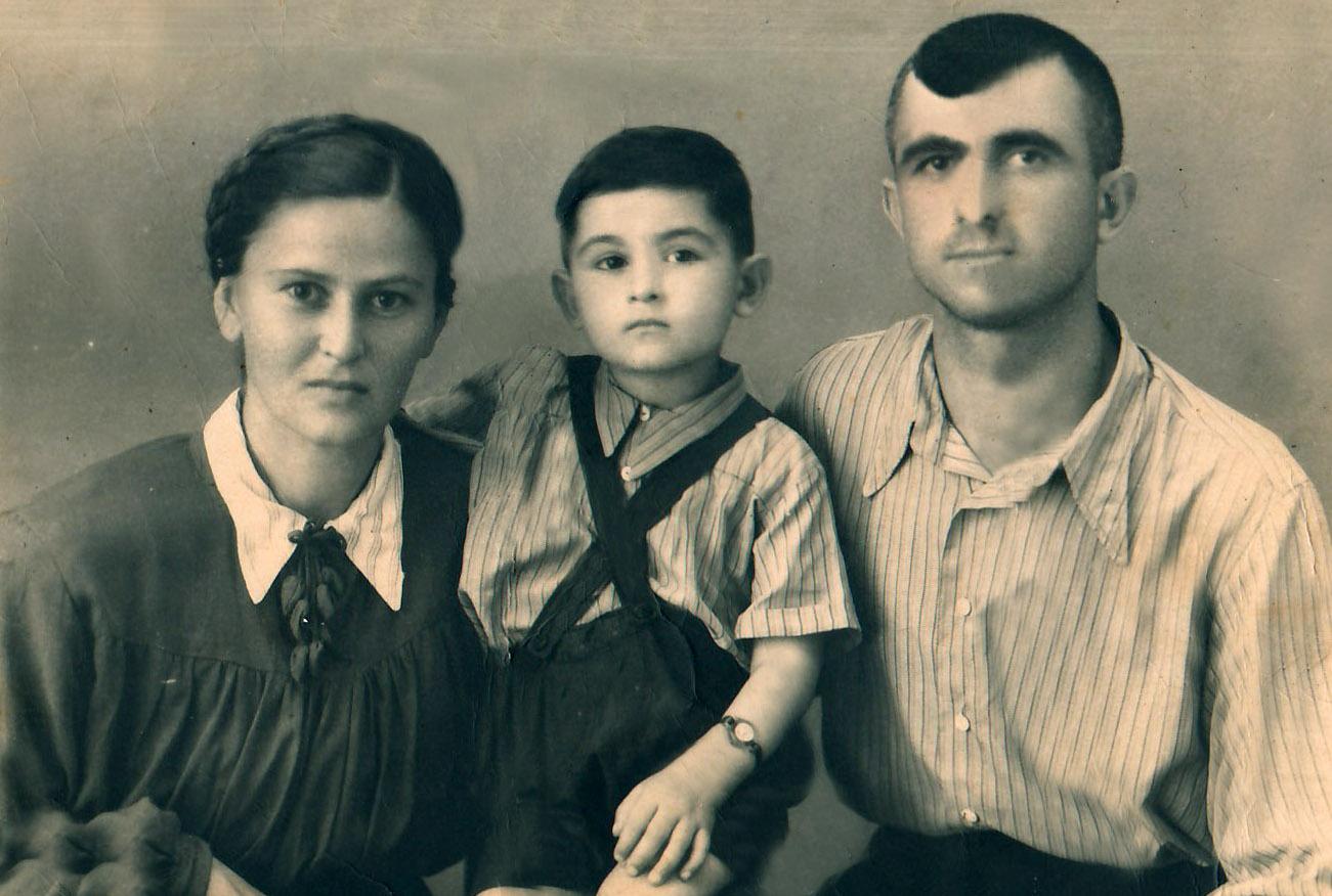 Файл:Вячеслав Айба с родителями (1954г.).jpg