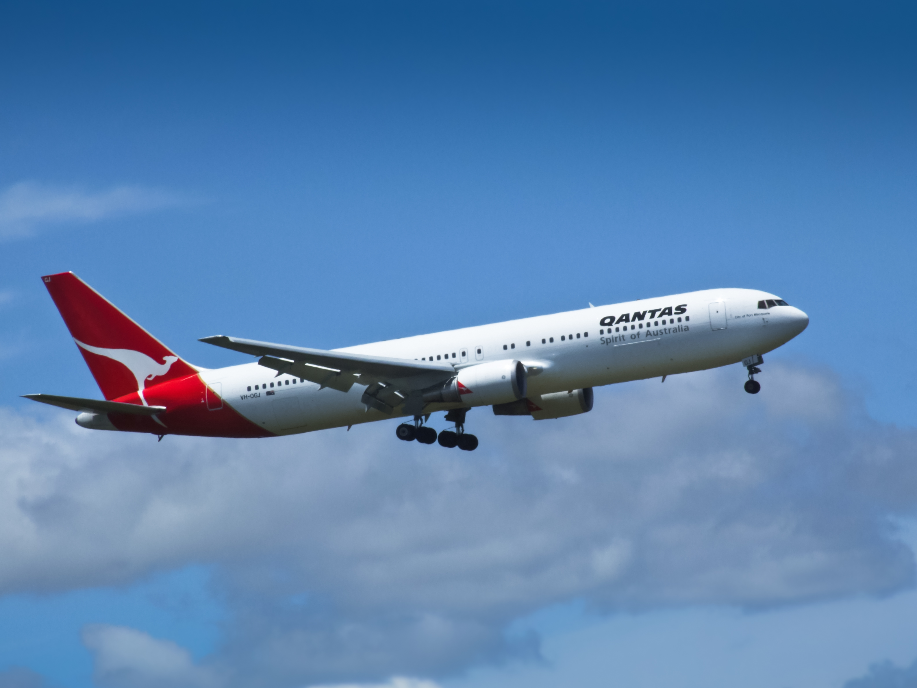 https://upload.wikimedia.org/wikipedia/commons/1/14/01_Qantas_VH-OGJ_Boeing_767.jpg