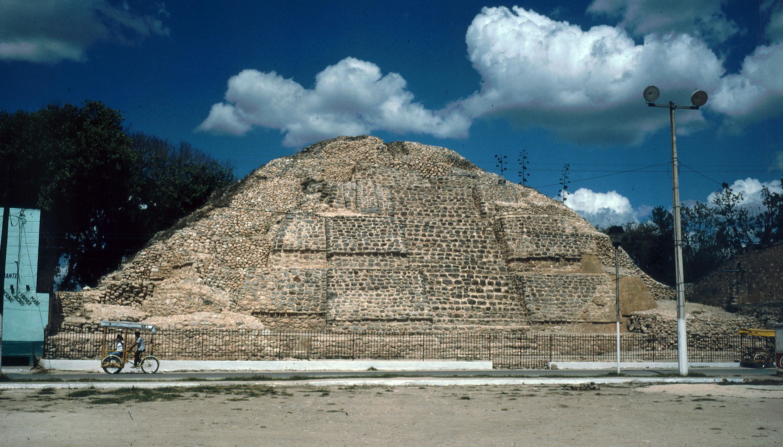 Die Pyramide neben der Kirche (vor Freilegung der Masken)