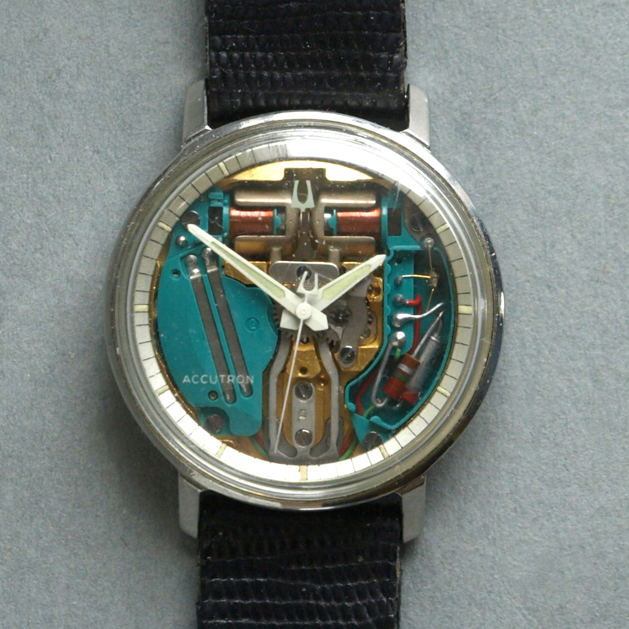 https://upload.wikimedia.org/wikipedia/commons/1/14/Accutron.jpg