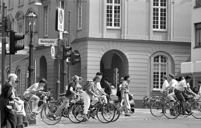 https://upload.wikimedia.org/wikipedia/commons/1/14/Bundesarchiv_B_145_Bild-F088858-0009%2C_Bonn%2C_Fahrradfahrer_vor_der_Universit%C3%A4t.jpg