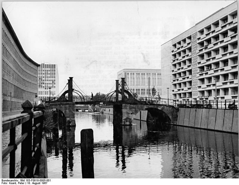 Bundesarchiv Bild 183-F0818-0005-001, Berlin, Jungfernbrücke.jpg