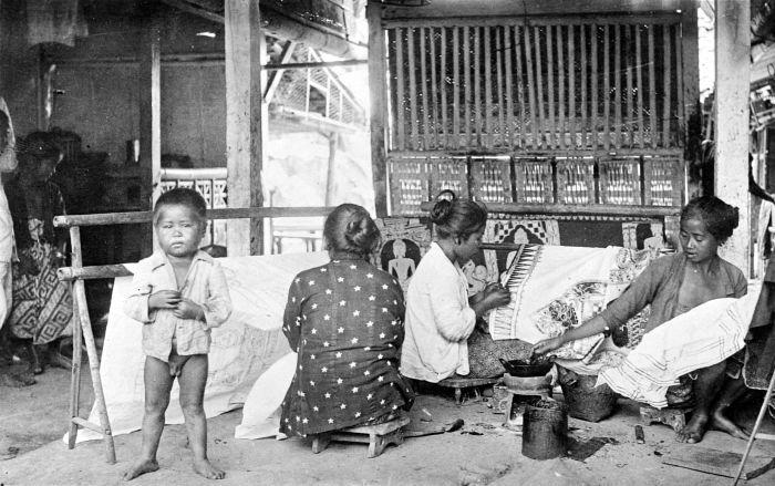 Foto koleksi Tropenmuseum ini menggambarkan perempuan sedang membatik di daerah Jawa Tengah, namun tanggal pengambilan foto tidak diketahui. Salah satu di antara pembatik tersebut, sedang membatik motif tumpal. (sumber:wikimedia.com)