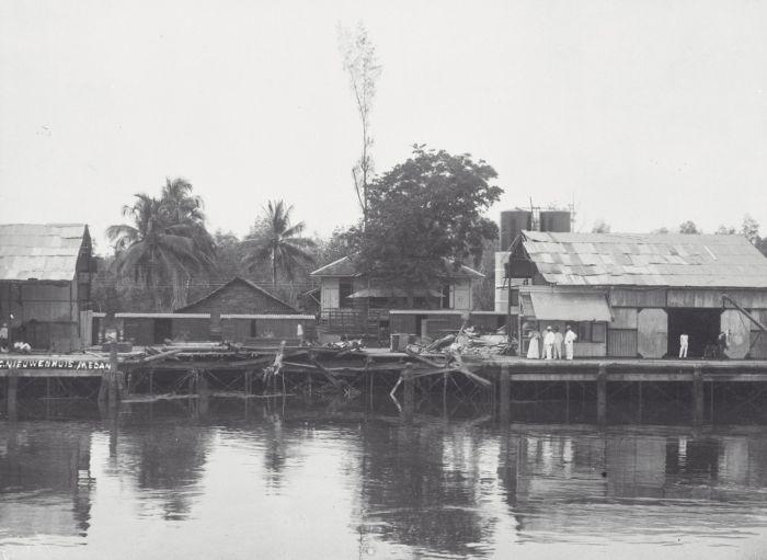 COLLECTIE TROPENMUSEUM Weggeslagen douaneloods na het ontploffen van de stoomketel op de langs de kade in Belawan liggende S.S. Pahud TMnr 60039314