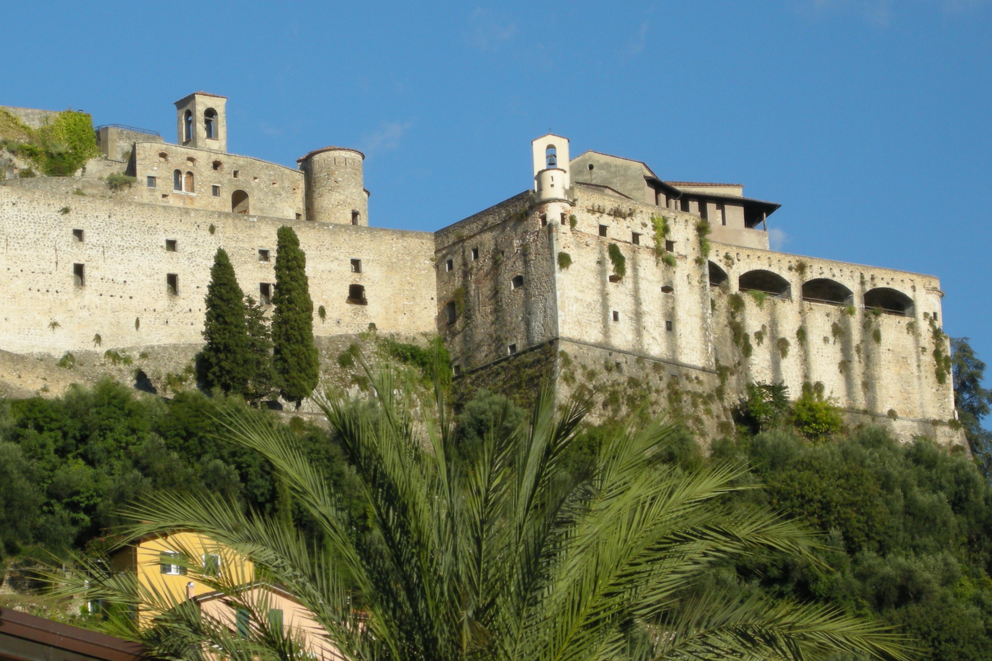 File:Castello Malaspina di Massa, Italia (03).JPG - Wikimedia Commons