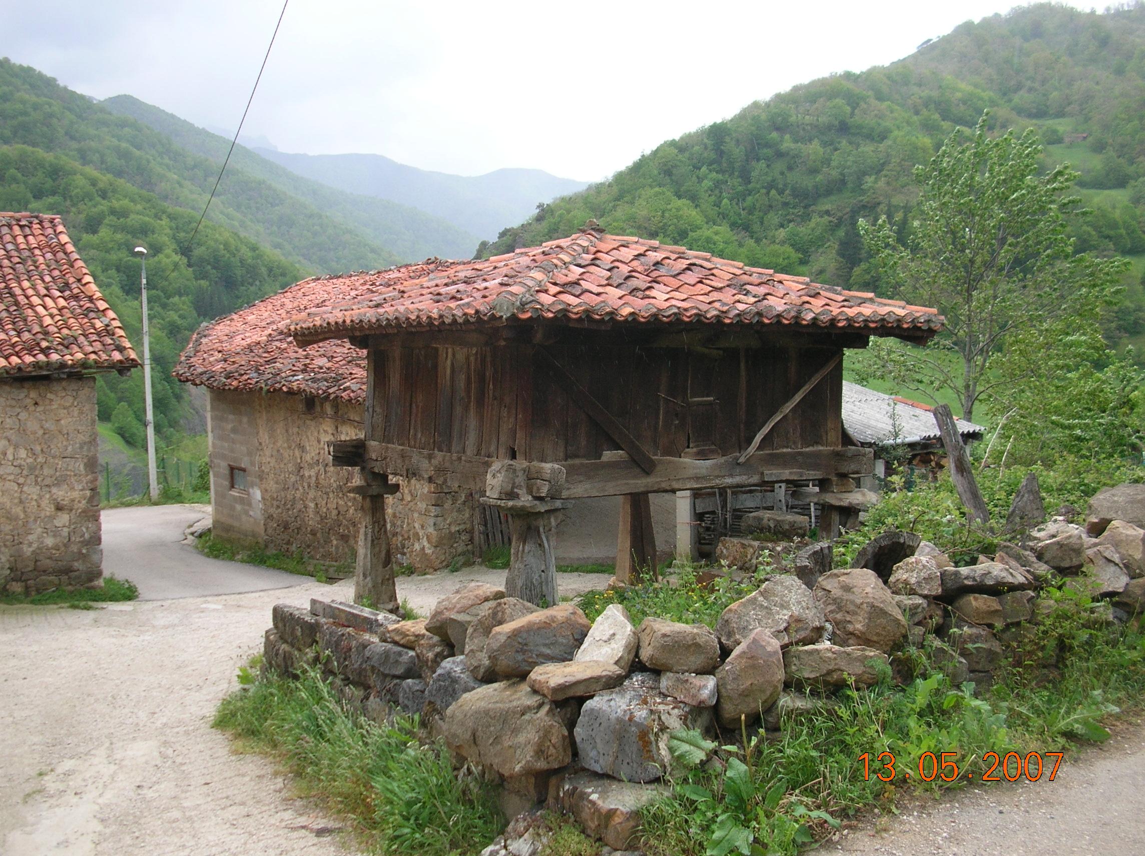 File horreo en cosgaya wikimedia commons - Casas de pueblo en cantabria ...
