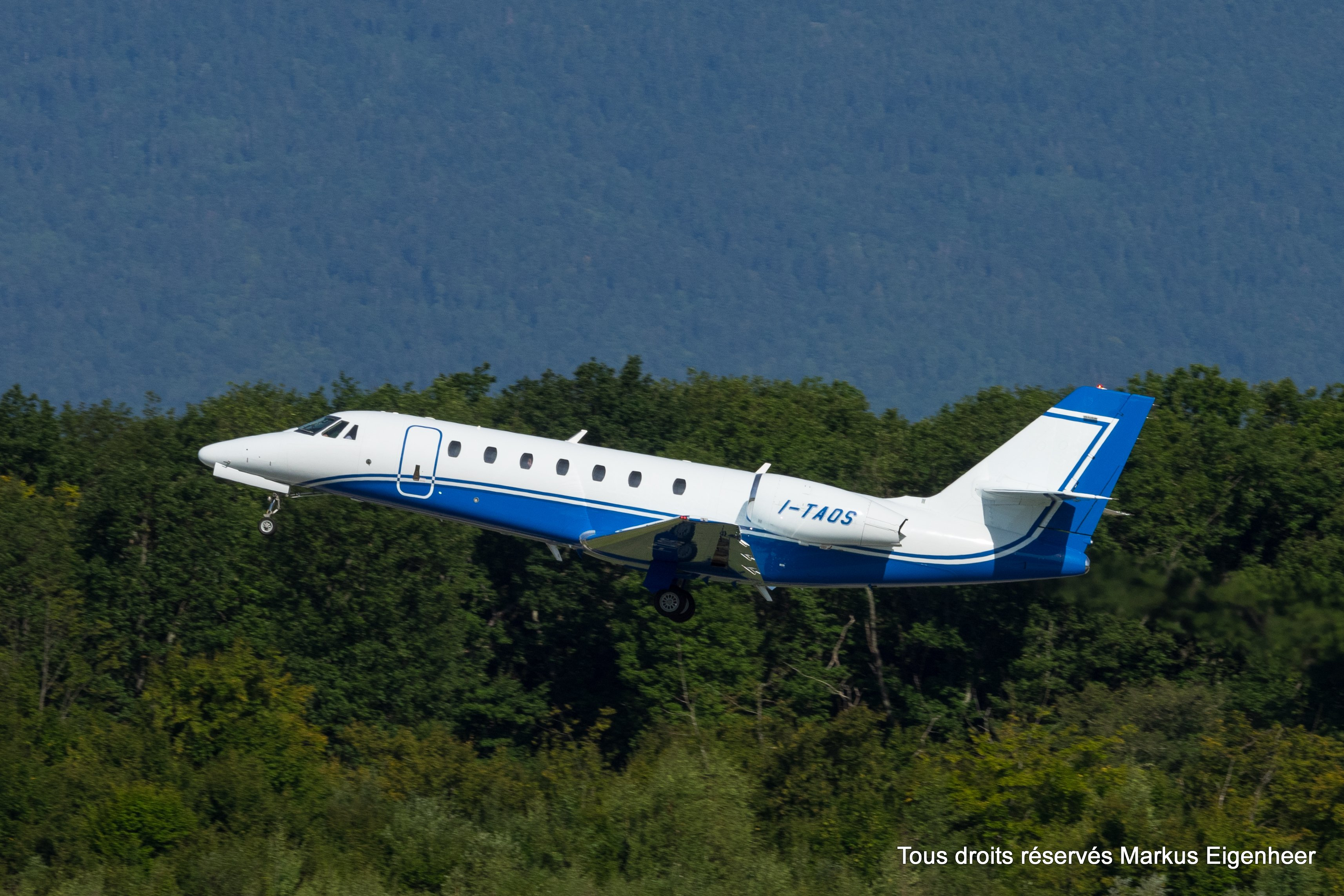 file i taos cessna citation sovereign c680 21052924959 jpg rh commons wikimedia org Cessna Citation X Interior Raytheon Hawker 800