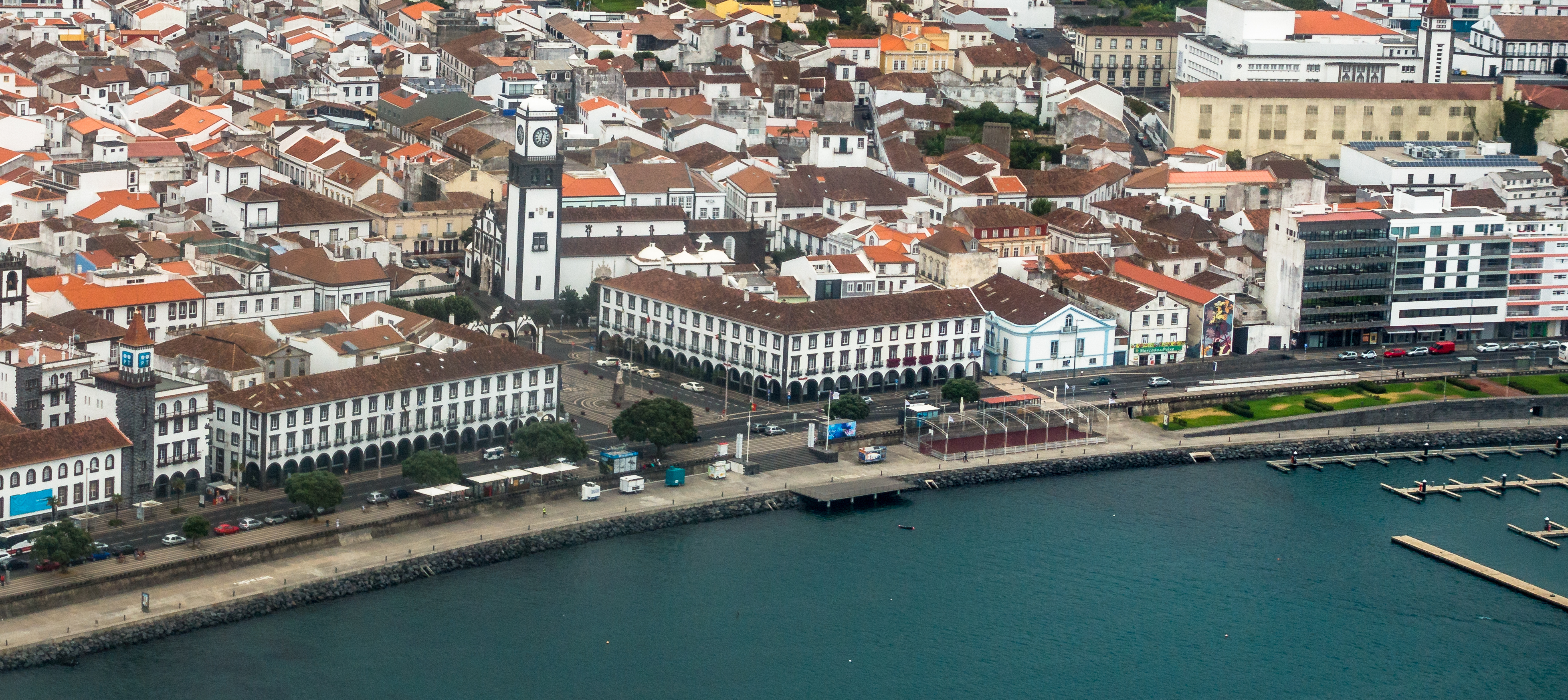 https://upload.wikimedia.org/wikipedia/commons/1/14/Ilha_de_S%C3%A3o_Miguel_DSC00659_%2836586155410%29_%28cropped%29.jpg