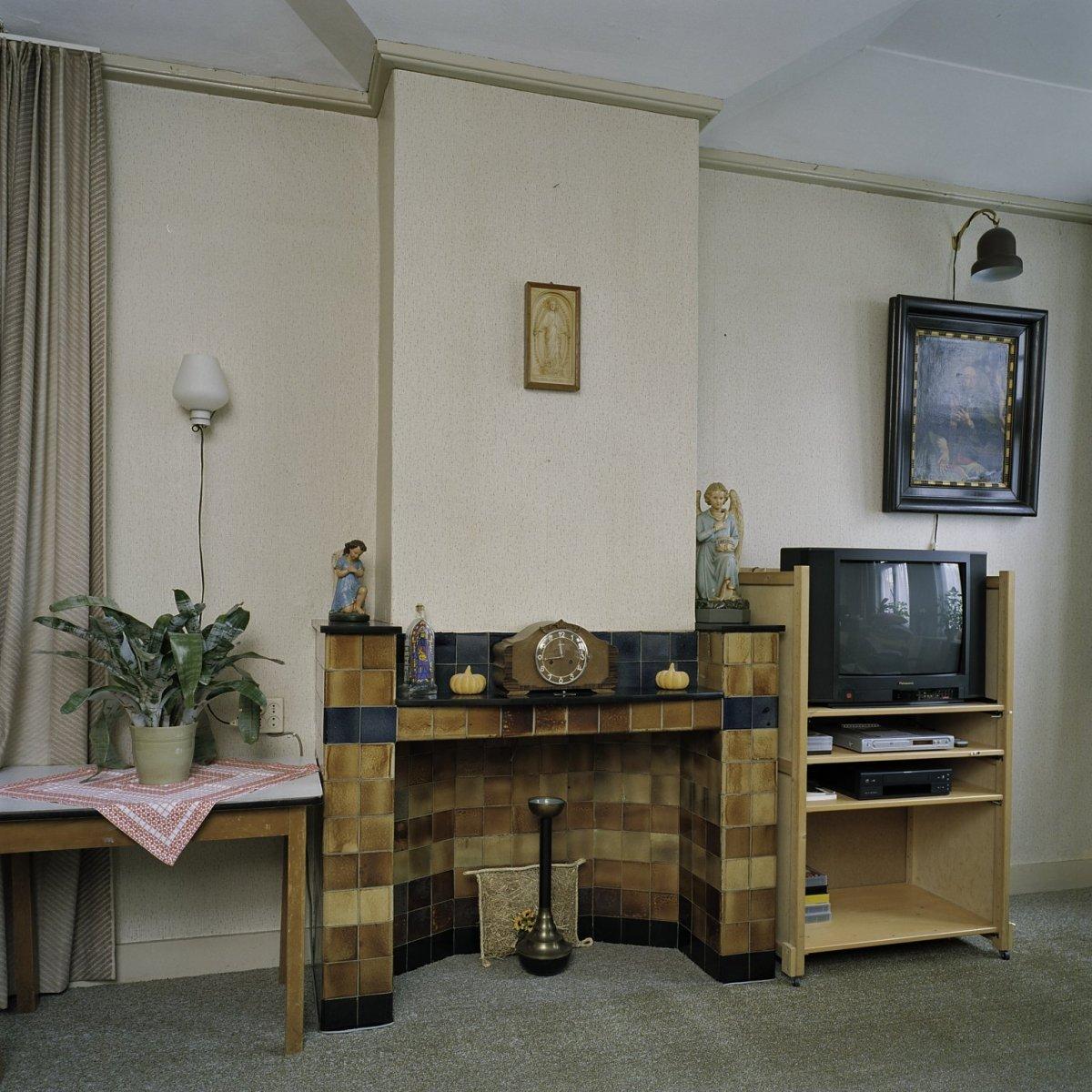 File interieur overzicht van de schouw in de kamer en for Kamer interieur