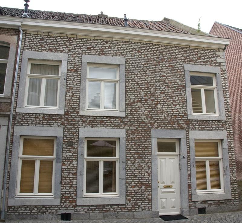 Huis met eenvoudige lijstgevel voorzien van hoekblokken en een ingang en vensters in naamse - Huis ingang ...