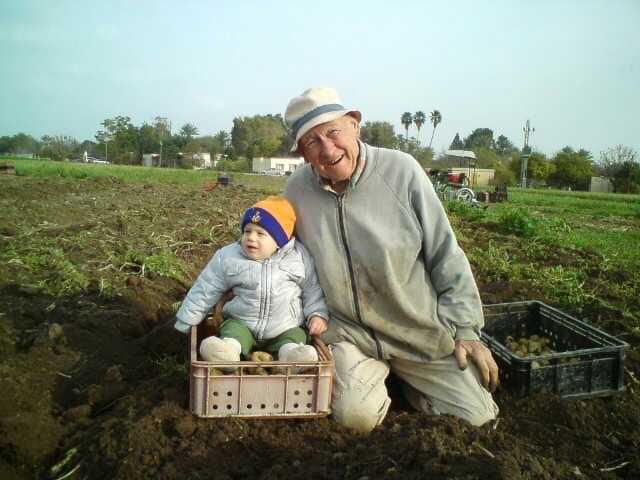 מריו לוי ונינו בגן הירק של שדה אליהו