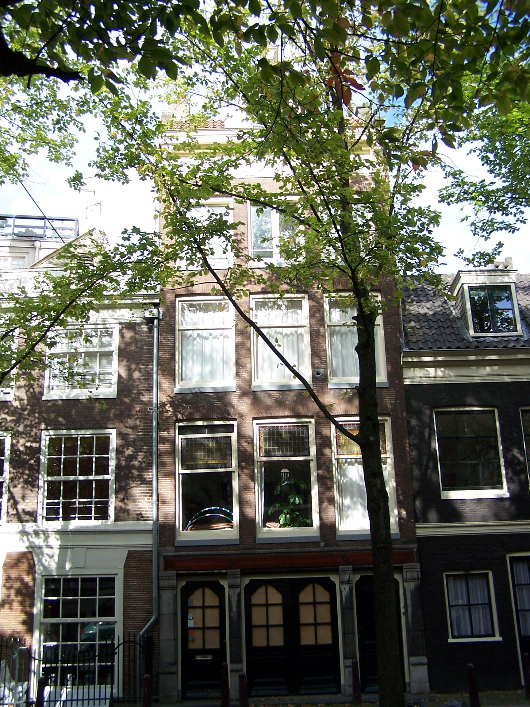 Huis met gevel onder rechte lijst met consoles waarboven dwars dakje met dakkapel in amsterdam - Huis gevel ...