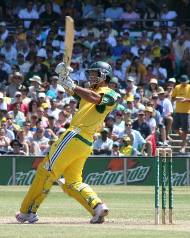 Ricky Ponting slaan 'n ses vir Australië tydens 'n krieketwedstryd teen Sri Lanka in 2006