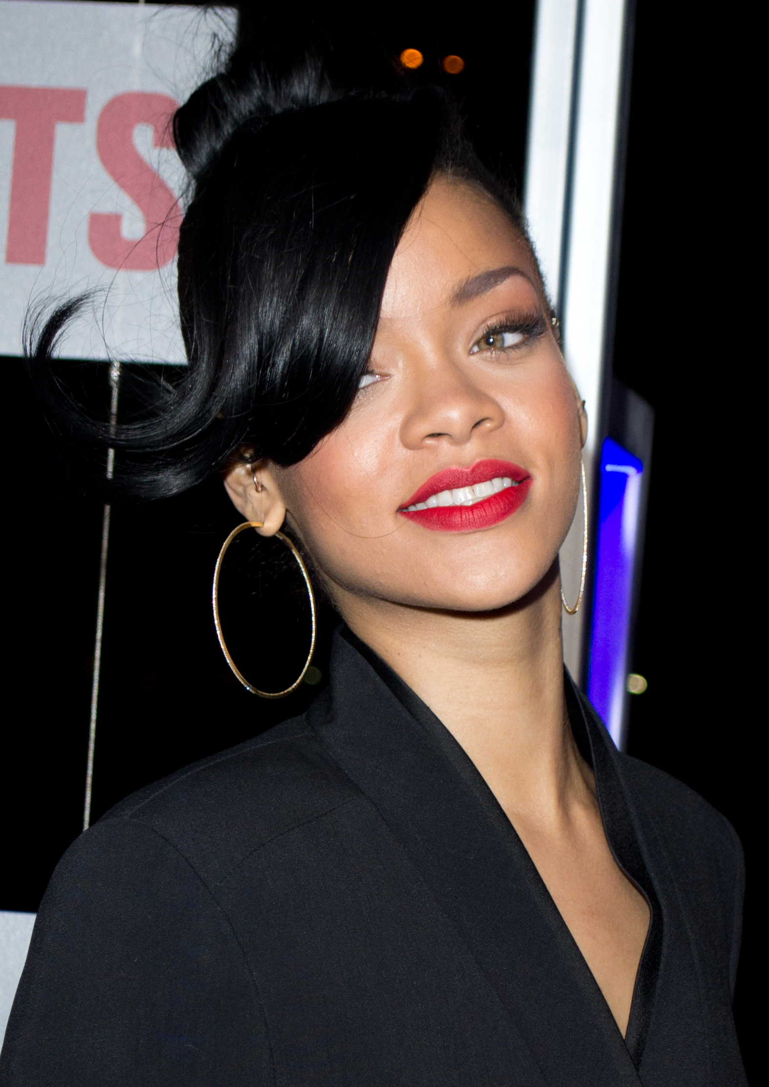 The 30-year old daughter of father Ronald Fenty and mother Monica Fenty, 173 cm tall Rihanna in 2018 photo