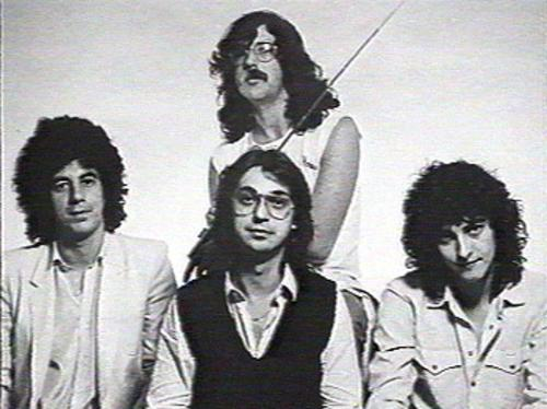Aznar junto a Serú Girán en 1979; Charly García, Oscar Moro, y David Lebón.