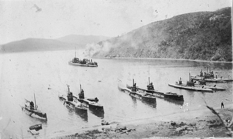 экипаж подводной лодки в скафандрах 1908