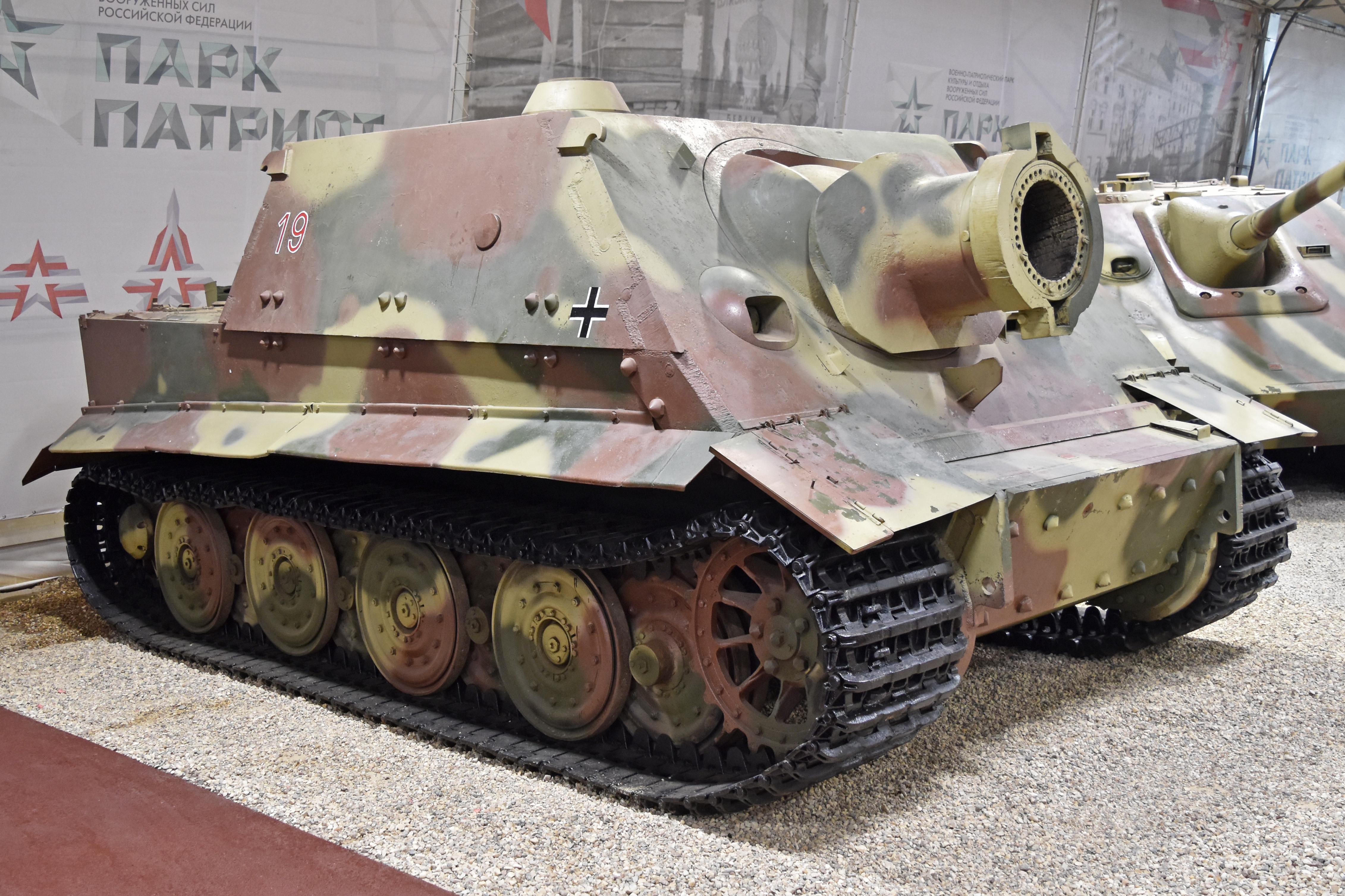 Sturmtiger_%E2%80%9919_red%E2%80%99_%28s-n_205543%29_%E2%80%93_Patriot_Museum%2C_Kubinka_%2838240142916%29.jpg
