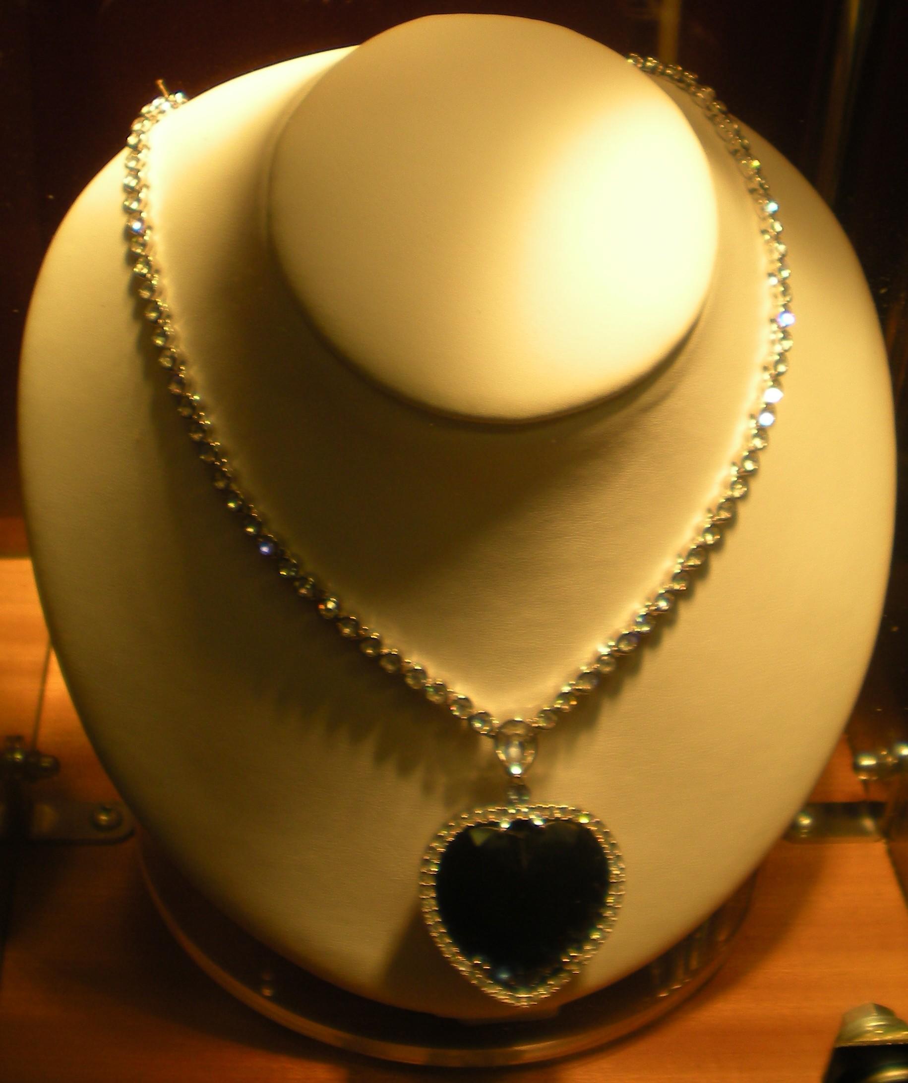Kalung berlian Heart of the Ocean yang asli Kalung inilah yang dikenakan oleh Rose DeWitt Bukater dalam film Titanic