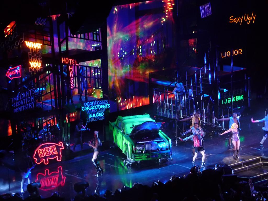 File:The Monster Ball Tour - City Scene.jpg - Wikimedia ...
