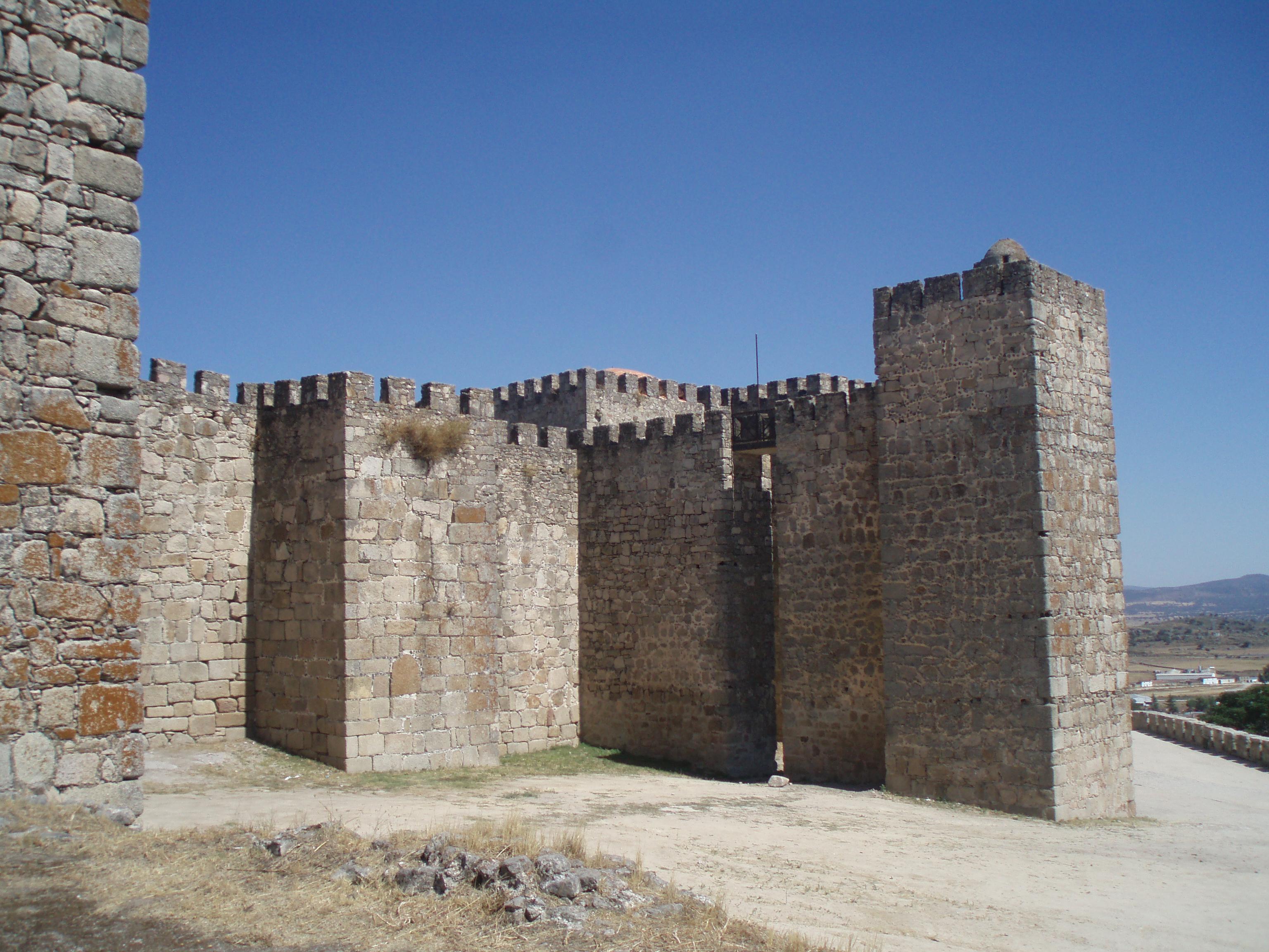 File:Torres y murallas del castillo de Trujillo. (Cáceres).JPG - Wikimedia Co...
