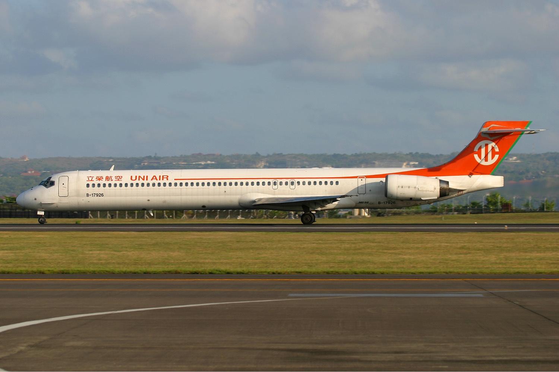 File:UNI Air McDonnell Douglas MD-90-30 Pichugin-1.jpg ...