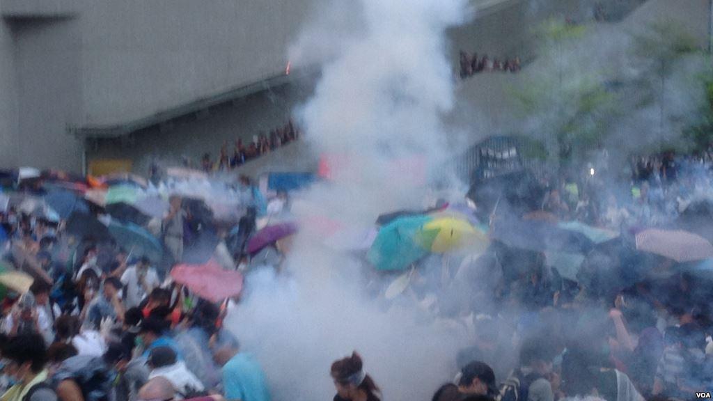 港警方向示威者發射催淚彈 (1).jpg