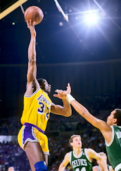 Magic Johnson tentant un tir d'une main lors des finales NBA 1987