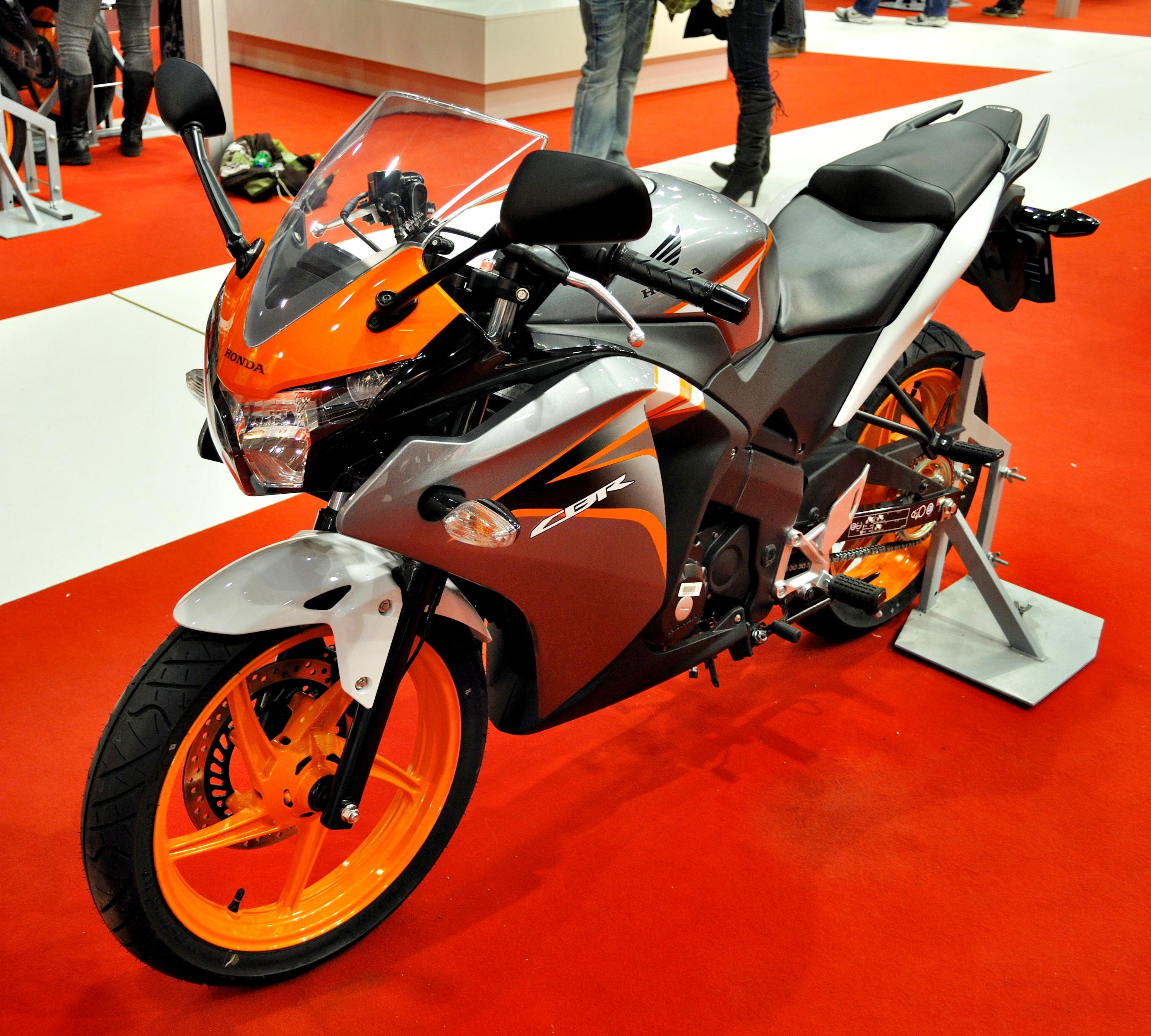 File 2011 Honda Cbr125r Orange Gray Motosalon Jpg Wikimedia Commons