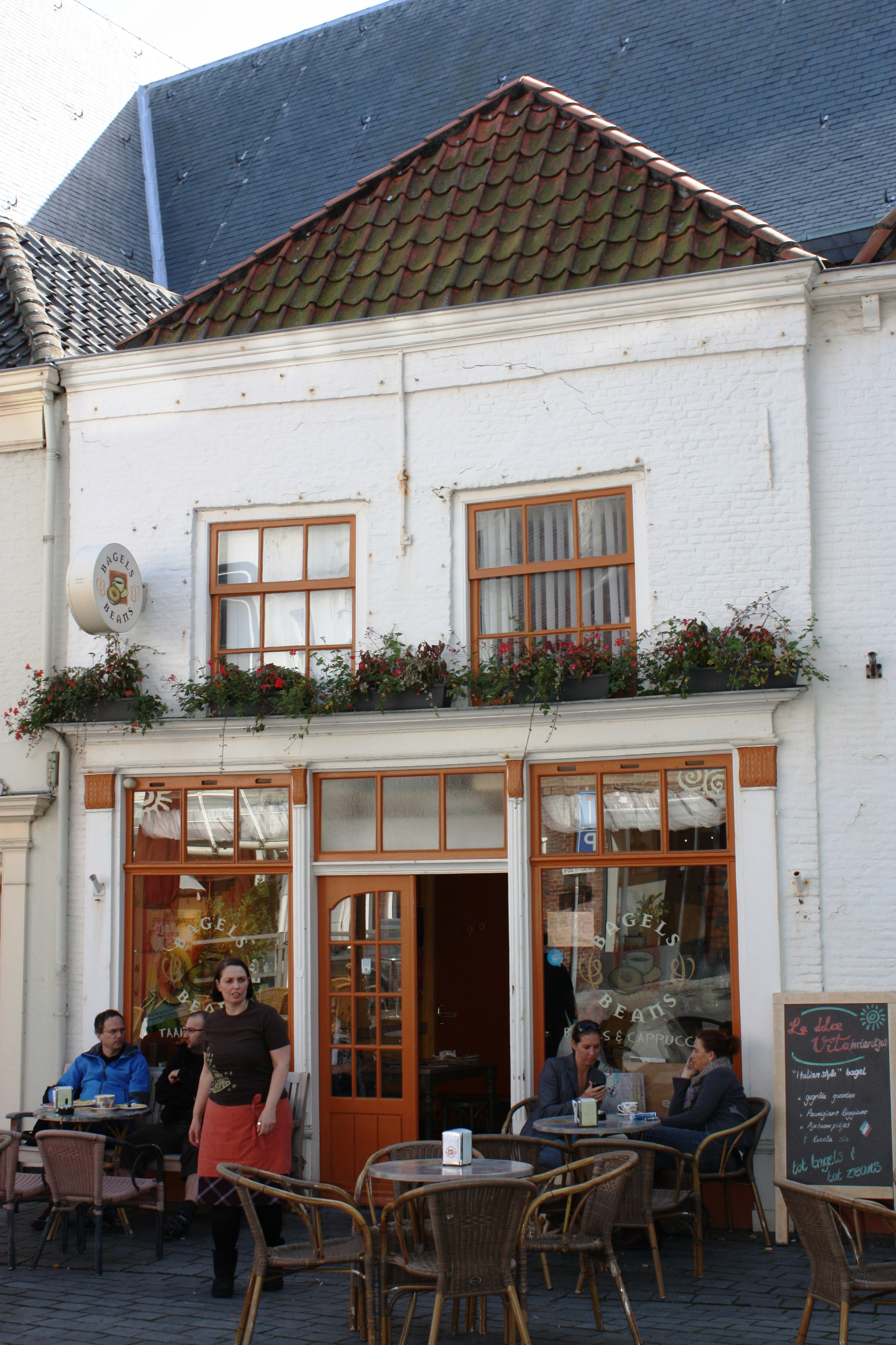 Huis met geverfde rechte gevel op de verdieping vensters met roedenverdeling moderne winkelpui - Moderne huis gevel ...