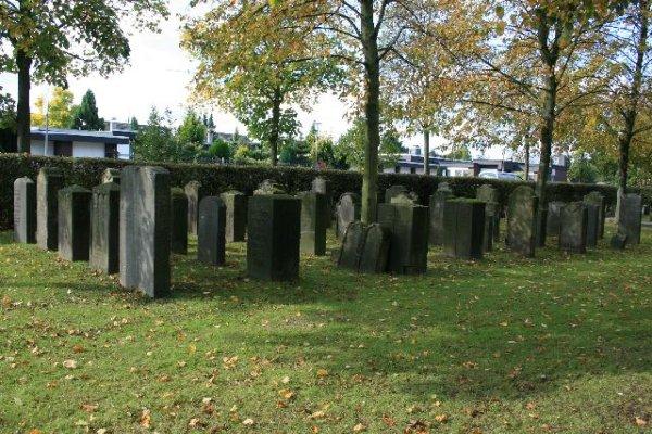 https://upload.wikimedia.org/wikipedia/commons/1/15/72_J%C3%BCdischer_Friedhof%2C_Bertzweg_%28Schiefbahn%29.jpg