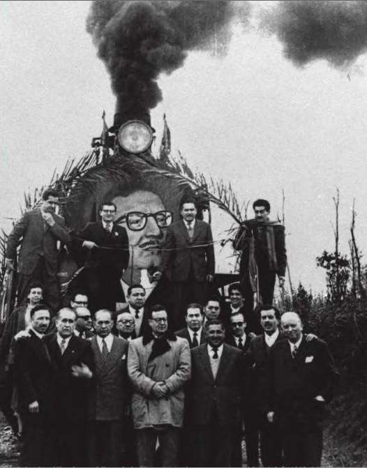 Salvador Allende en el Tren de la Victoria, en la campaña presidencial de 1958.