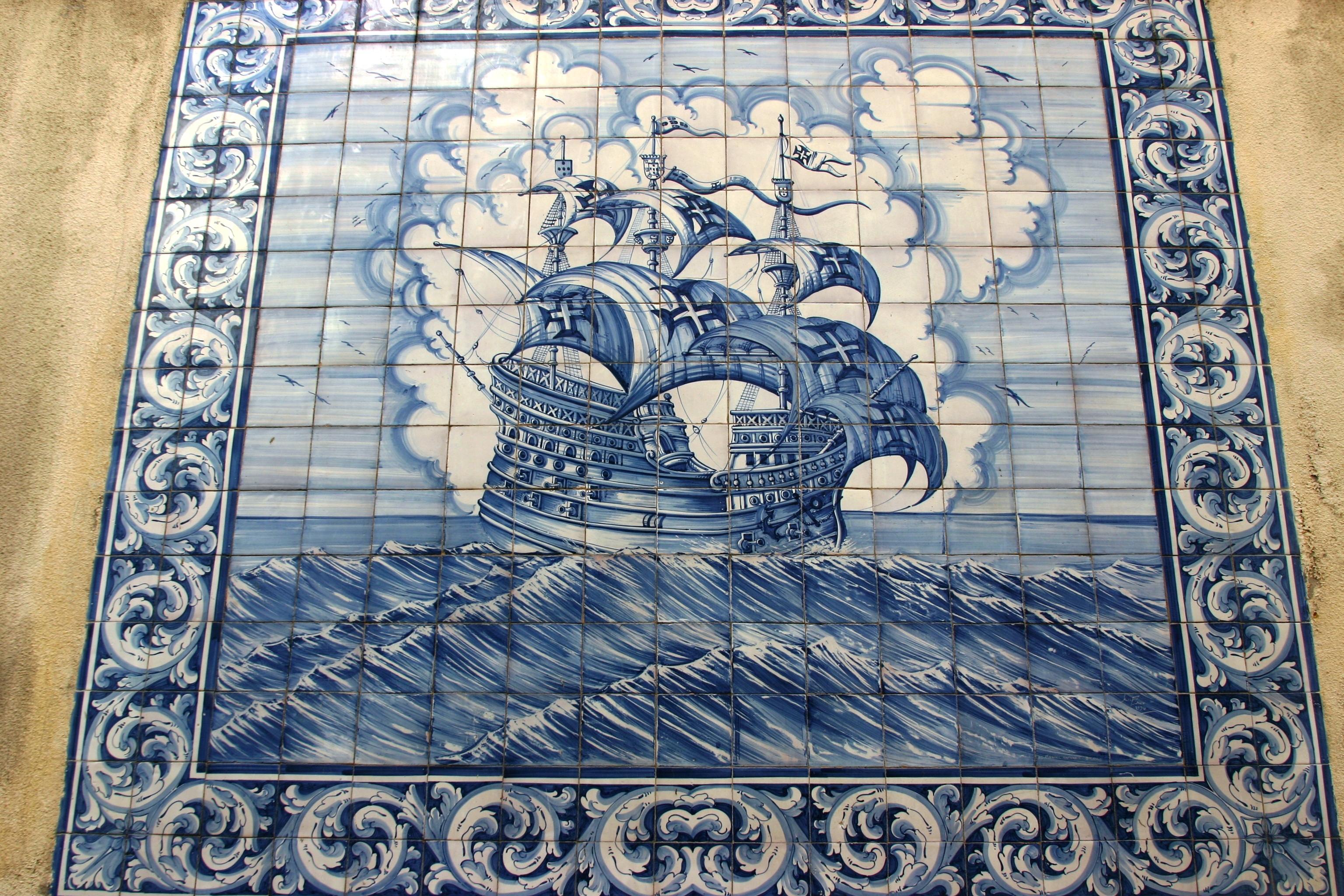 File azulejos of a caravel lisbon jpg wikimedia commons for Casa dos azulejos lisboa
