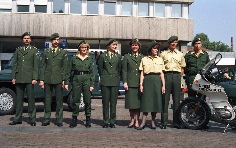 Datei:Bundesarchiv B 145 Bild-F075997-0011, Bonn, BMI, Uniformen Bundesgrenzschutz.jpg